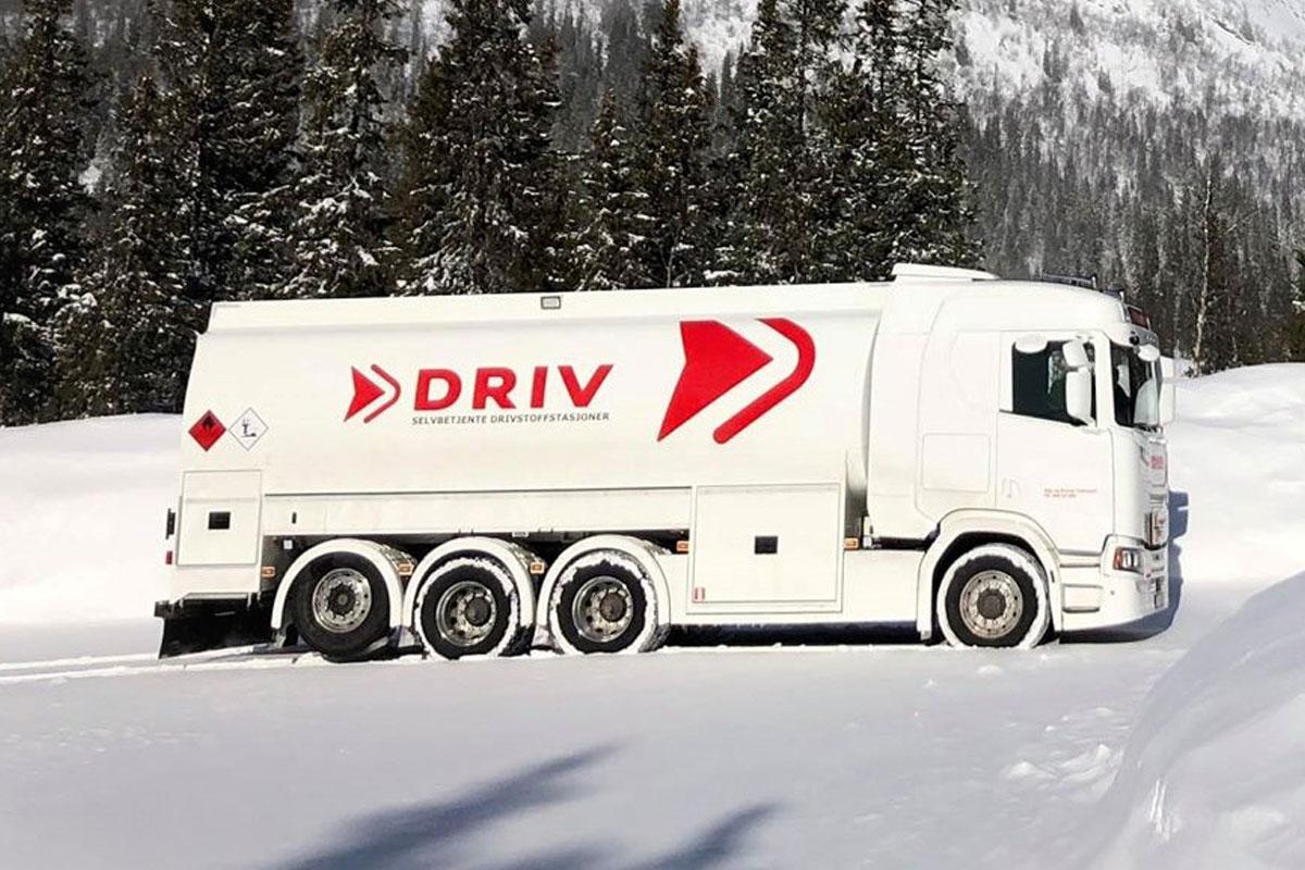 Tankbil med DRIV energi logo